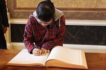 Yu Ching Huan, studentka z Taiwanu z projektu Edison při podpisu do knihy hostů na radnici v Uherském Hradišti.