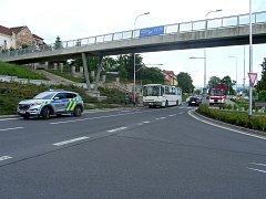 Muže a ženu srazil autobus.