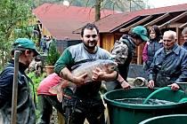 Po šesti letech se mohli lidé podívat na dno soukromého rybníka v Salaši i na ryby, které v něm žily.