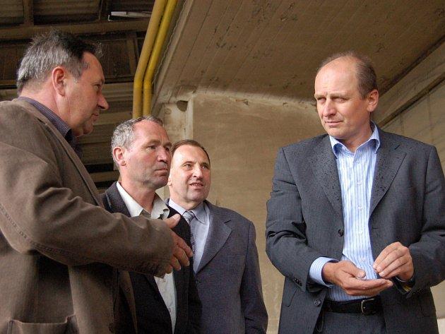 Při prohlídce podniku ministr zemědělství Petr Gandalovič (vpravo) nezapomněl ochutnat ani slováckou pšenici.