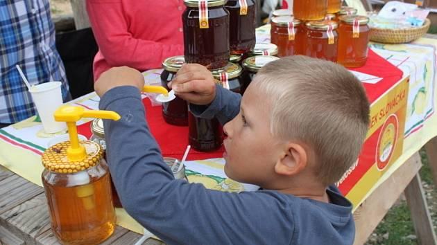 V paláci velmože si mohli návštěvníci olíznout několik vzorků medu, v Metodějově škole písemnictví zase medové pivo nebo medovinu.
