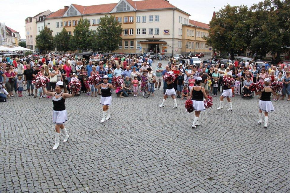 Mažoretky z Ostrožské Lhoty vzbudily svým vystoupením na náměstí pozornost nejen žen, ale i mužů.