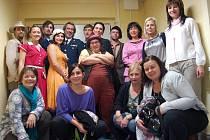 Docela velké divadlo Litvínov a pracovníci Diakonie na společném snímku.