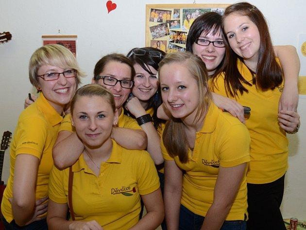 Skupinu tvoří mladé dívky, kterým učarovaly lidové a folkové písně.