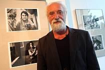 Fotograf Jindřich  Štreit na své výstavě  kině Hvězda.