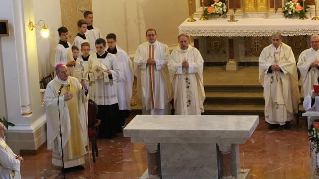 V kostele svatého Jakuba Staršího v Ostrožské Lhotě světili nový oltář.