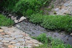 Kvůli dlouhotrvajícímu suchu vyschl Kudlovický potok. Pod mostem na Kudlovické dolině ještě nějaká voda teče, ale směrem k obci jí ubývá.