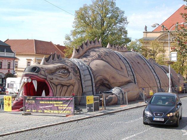 Obří ještěr je moderní verzí strašidelného zámku.