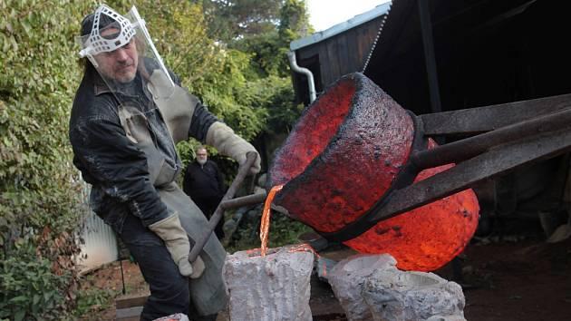 Odlévání bronzových soch ve slévárně sochaře Zdeňka Tománka v Břestku.