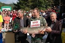 Sto deset centimetrů dlouhá ryba vážila téměř 17 kilogramů a vítěz ji vylovil v sobotu o půl sedmé večer.