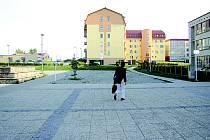 Prostor před školou na ulici Větrná se školákům zdá v zimě nebezpečný.