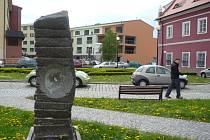Socha stojí před Galerií Slováckého muzea.