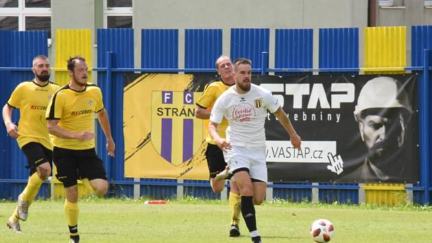Fotbalisté Strání (bílé dresy)  v nedělním přípravném utkání zdolali Nedašov 7:1.