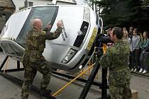 Dopravní policisté kontrolovali auta projíždějící Bánovem a zastavovali nepřipoutané řidiče. Těm pak umožnili vyzkoušet si výhody pásů na speciálním simulátoru.