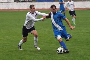 Bývalý záložník Slovácka a Hodonína Tomáš Ťok (v bílém dresu) bude hrát futsal za Bazooku Uherské Hradiště.