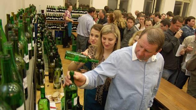 Nejen víno, ale i hroznový mošt ochutnávali návštěvníci sobotního koštu v Sadech.