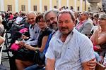 """""""Interaktivní charitativní sbírka finančních darů, které jste nám dali nebo zaslali při Večeru lidí dobré vůle, dosáhla jednoho milionu 758 tisíc 851 korun,"""" oznámila v závěru benefiční hudební produkce její moderátorka Barbora Černošková."""