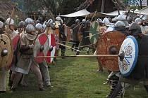 Tak bojovali mezi sebou vojáci při bitvě o hradiště i bojových ukázkách.