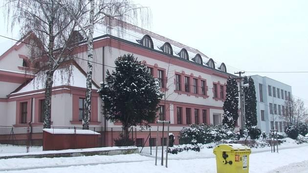Školáci se porvali přímo před budovou základní školy.