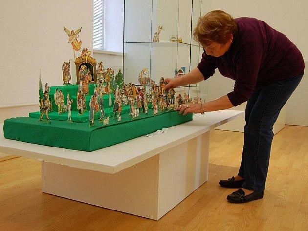 Galeristka Marie Martykánová instaluje výstavu betlémů.
