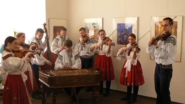 Cimbálová muzika Čardáš na vernisáži  grafiky Karla Beneše v rámci jízdy králů ve Vlčnově.