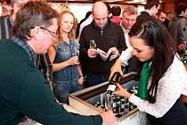 Sál Agro Zlechov se v sobotu zaplnil milovníci vína, kteří si mohli koštovat některý z 369 vzorků vín, ale také olivy, klobásy a sýry.