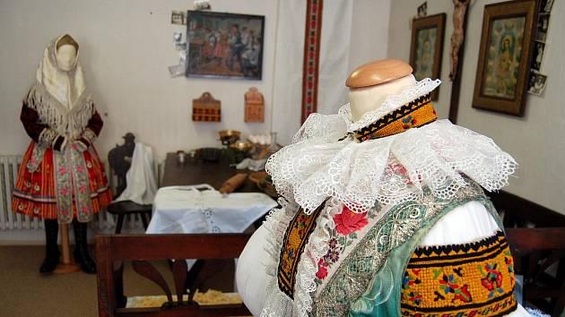 Příprava slovácké krojované svatby v Muzeu J. A. Komenského v Uh. Brodě