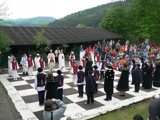 RARITA. Finálový zápas starší kategorie se hraje na turnaji Hradní věž živými figurami.