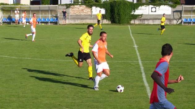 Fotbalisté Strání (ve žlutých dresech) prohráli na hřišti Trenčianských Stankovcí 1:4.
