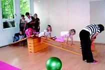 Děti si také užijí na opičí dráze.