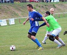 Záložník SK Jalubí Tomáš Gajdorus (v modrém) je nejen vášnivým fotbalistou, ale i zpěvákem dogcoreové kapely Mentally Corrupted.