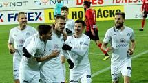 Fotbalisté Slovácka (v bílých dresech) proti Opavě