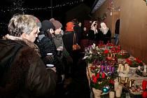ČAS ADVENTNÍ. Sto padesát občanů Kudlovic přišlo do centra obce na žehnání 35 adventních věnců a rozsvícení vánočního stromu.