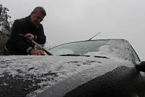 Pavel Kusák z Modré škrábal led z auta ještě i včera odpoledne.
