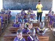 Vloni občanské sdružení Bez mámy pořídilo celkem 27 kusů nových lavic do dvou základních škol v Africe.