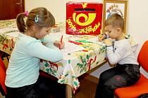 Děti usedly několik dnů před Štědrým dnem ke stolu a psaly nebo malovaly svá tajná přání Ježíškovi.