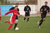 V duelu mezi béčkem Hluku a Košíky (v černém) byli po většinu utkání lepší domácí fotbalisté. I když hosté po hodině hry snížili na 3:2, Hlučané si důležitou výhru pohlídali.