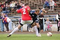Dramatické derby v Hluku se rozhodně nehrálo v rukavičkách. Vlčnovský Miroš (vpravo) se sice proti domácímu béčku střelecky neprosadil, to ho však nemuselo mrzet.