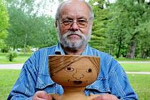 Dvaasedmdesátiletý keramik Josef Moštěk.