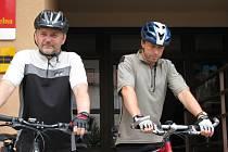 Primátor Pavel Bém (vpravo) se spolu s hejtmanem ZK Liborem Lukášem vydal na cyklistickou projížďku do Starého Města.