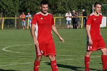 Fotbalisté Ostrožské Nové Vsi (zelenobílé dresy) doma otočili derby se sousedním Uherským Ostrohem a zvítězili 3:1. Na snímku Filip Kovařík.