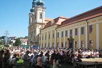 Poutníci na nádvoří před bazilikou obnovili zasvěcení.