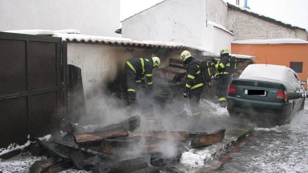 Požár vznikl po vysypání žhavého popele do plastové nádoby na odpad.