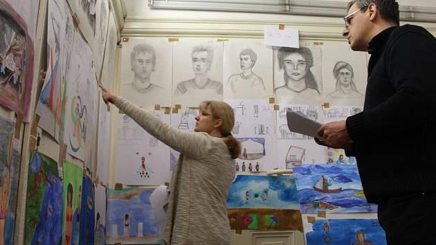 Kantoři na UMPRUM hodnotí výtvarné práce uchazečů o studium na této škole.