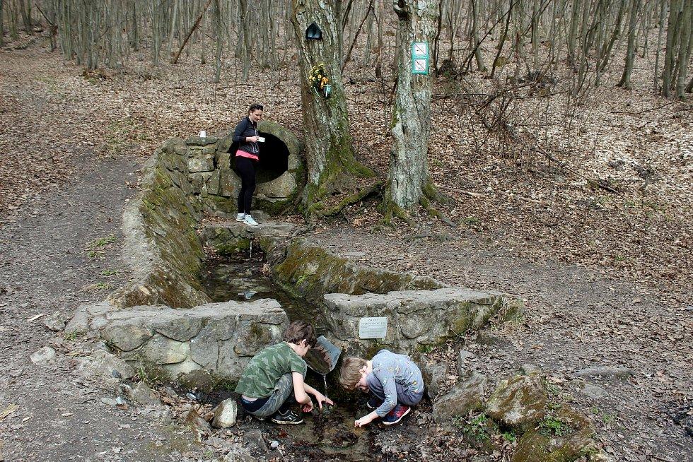 Vstupní brána do Chřibů je vesnička Salaš. Zlacká studánka.