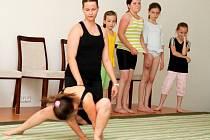 Veřejné vystoupení dětí z kroužků hry na kytaru, gymnastiky a angličtiny bylo malou ochutnávkou toho, co se v tomto školním roce u Šikuly naučily.