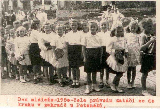 Den mládeže v Popovicích v roce 1950.
