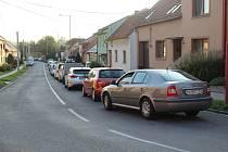 V koloně ve Véskách stráví řidiči i 90 minut.