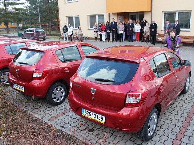 Nová vozidla pro pečovatelské služby na Uherskobrodsku ve čtvrtek 5. března požehnal farář z Dolního Němčí.