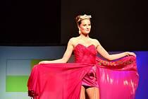 Slavnostní večer módní designérky Marie Zelené Návraty k hodnotám. Modelky předvedly šaty 16 obcí a dvou krajů.